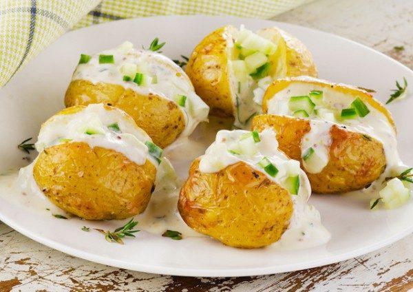 Les petites pommes de terre au four peuvent être cuisinés en terre