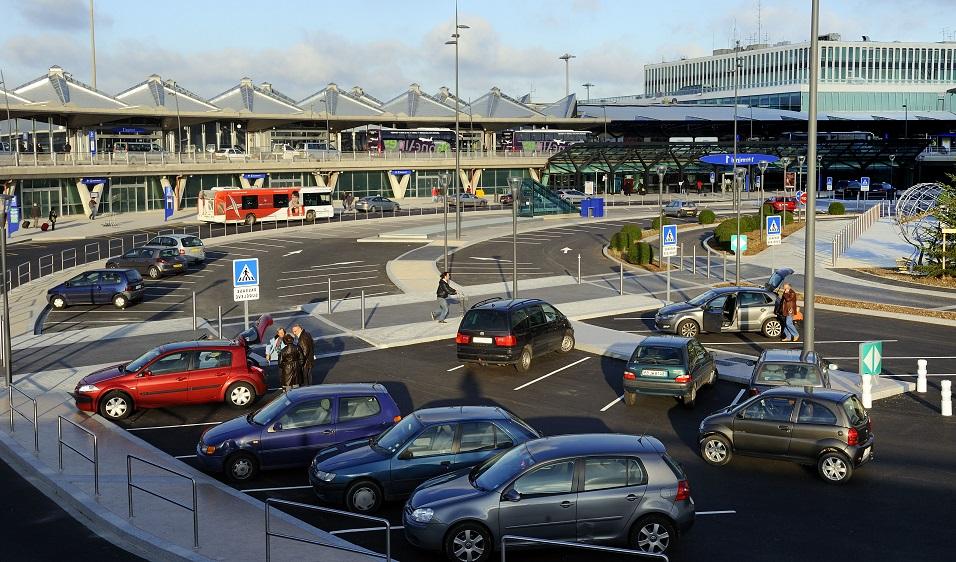 Ouverture du parvis du terminal 1 au public, accès bus, dépose minute, liaison avec l'hôtel NH Hoteles, le 11 décembre 2009