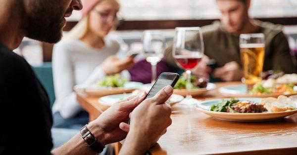 Le smartphone au restaurant