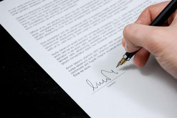 Signature d'un contrat de fiducie